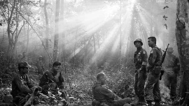 Vojáci odpočívají ve vietnamské džungli během války v roce 1965